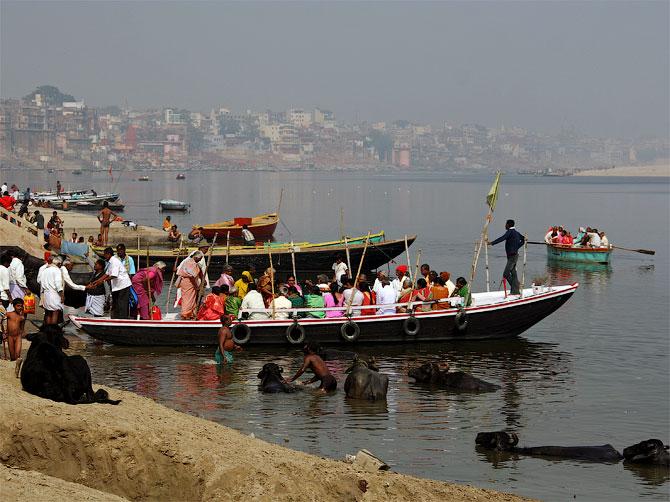Лодки для туристов в Варанаси, Индия