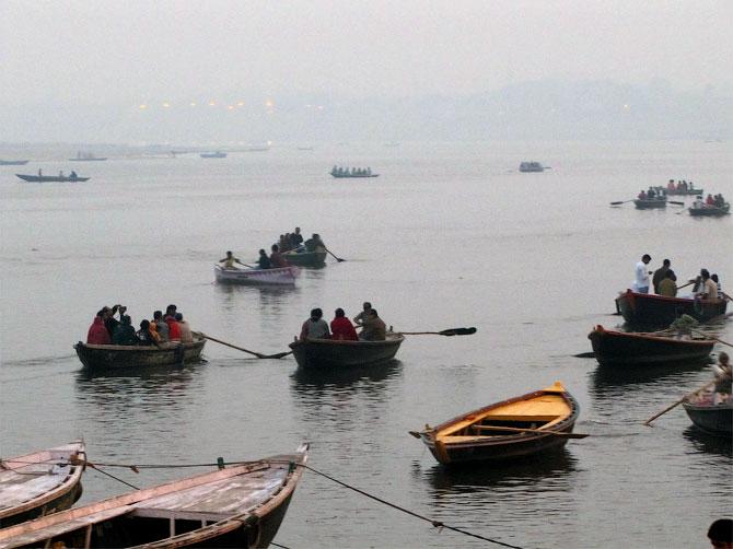 Лодки в тумане на Ганге, Варанаси, Индия