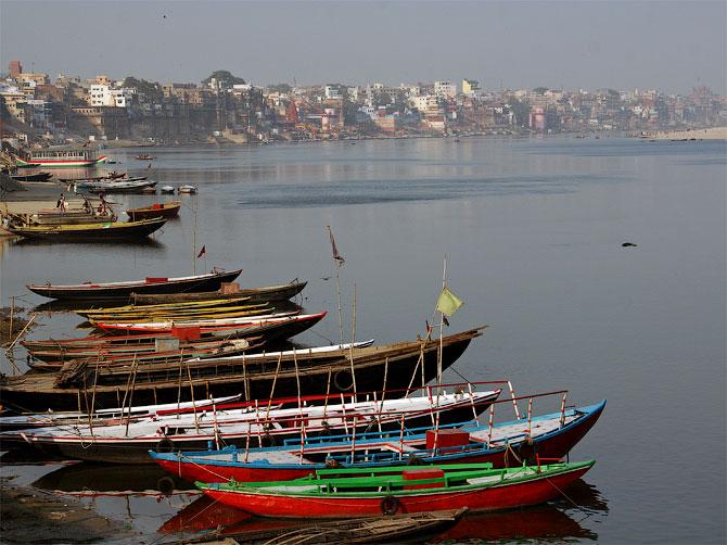 Набережная с лодками в Варанаси, Индия