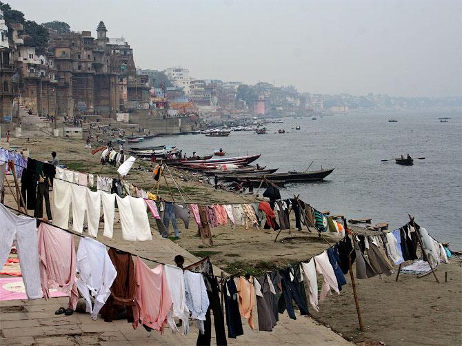 Веревки с бельем на гатах Варанаси, Индия
