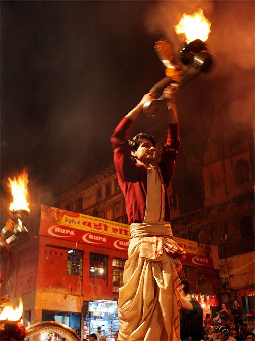 Брамины с огнем на Ганга-аарти, Варанаси, Индия
