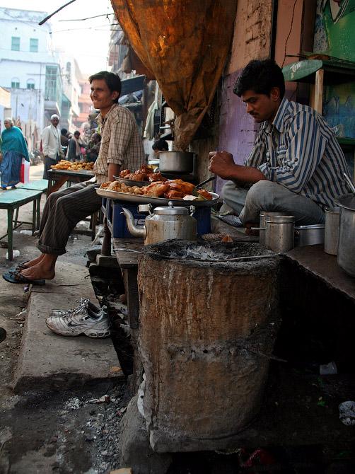 Прилавок с чаем и самосами, Варанаси, Индия