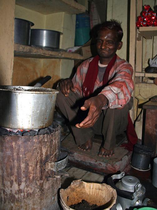 Торговец чаем Гулу, старый город Варанаси, Индия