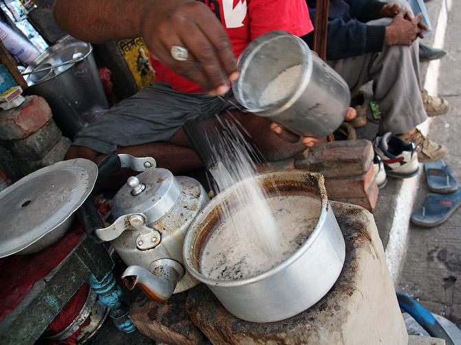 Приготовление масала чая в Индии