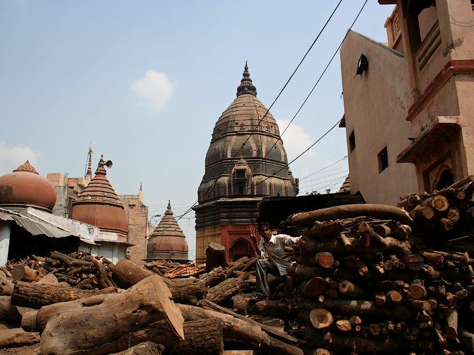 Дрова на задворках кремационного гата Маникарника, Варанаси, Индия