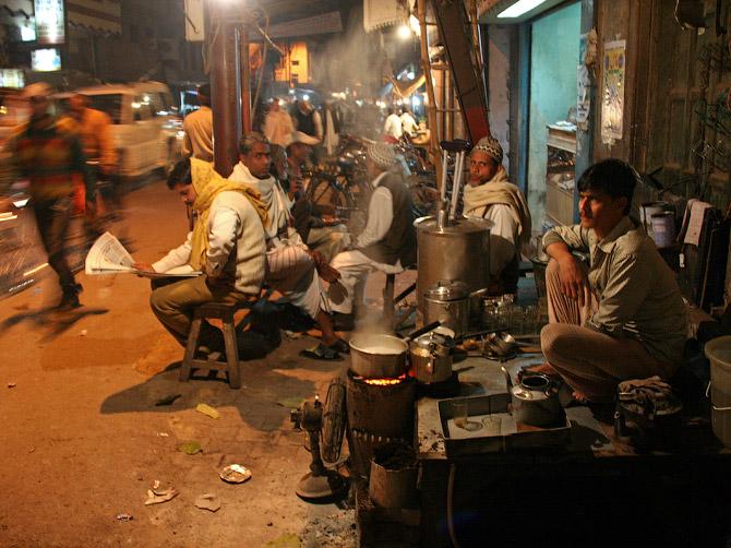 """Чайная """"Индийский чай"""" на одной из улиц Варанаси, Индия"""