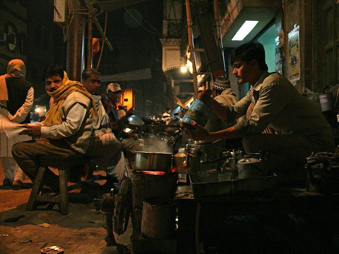 Торговец чаем Вахид в своей лавке в Варанаси, Индия