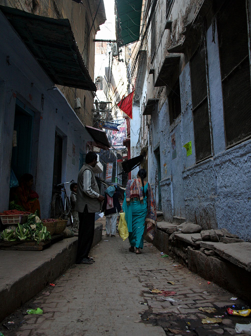 Одна из улиц старого города в Варанаси, Индия