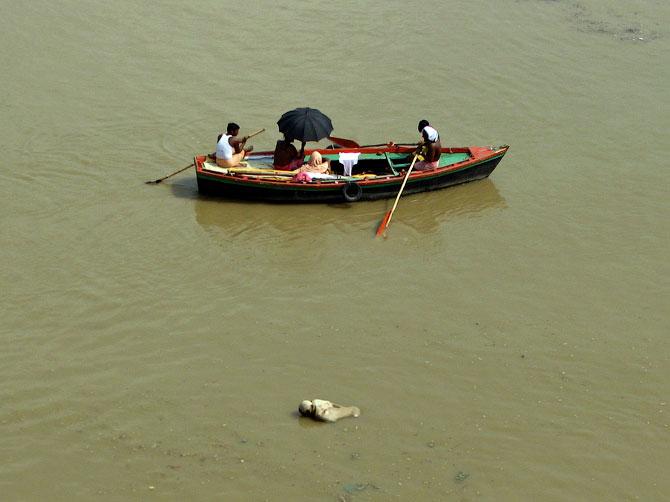 Тело в Ганге, Варанаси, Индия