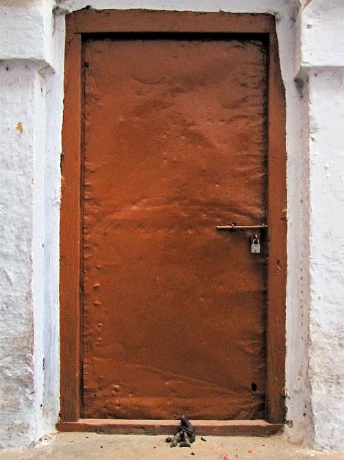 Куча под дверью в Варанаси, Индия