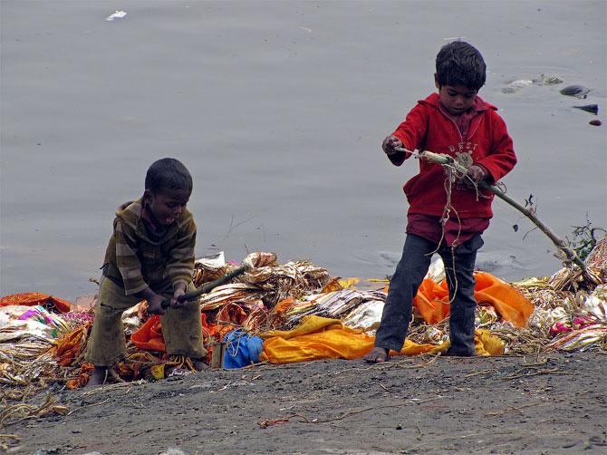 Дети на кремационном гате в Варанаси, Индия
