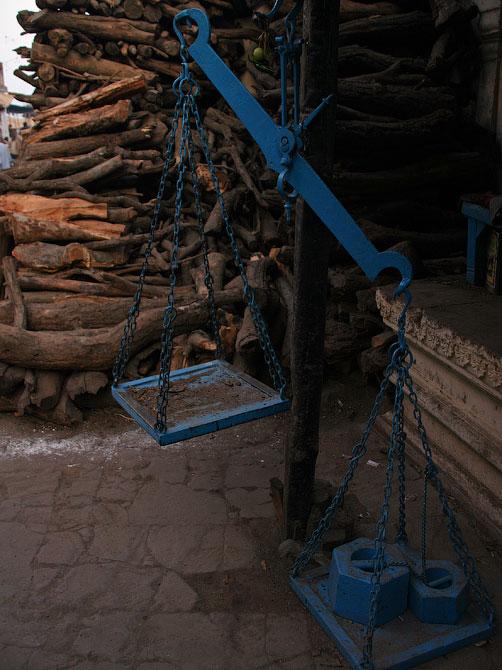Дрова для кремации в Варанаси, Индия