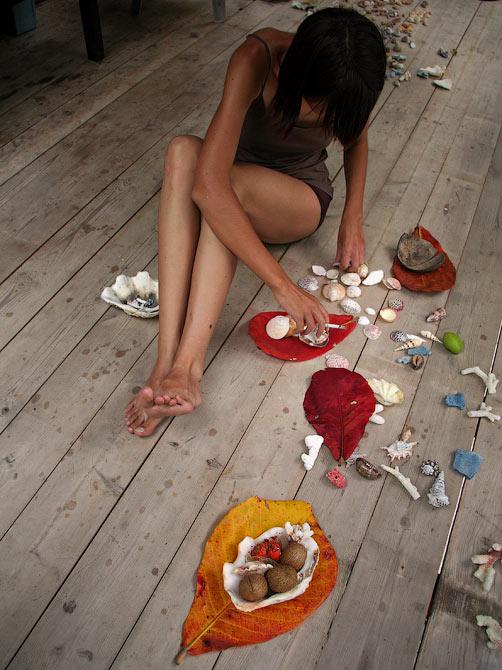 Staska делает композицию из раушек, Индонезия