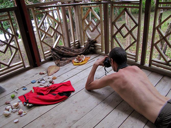 Декс фотографирует ракушки, Индонезия