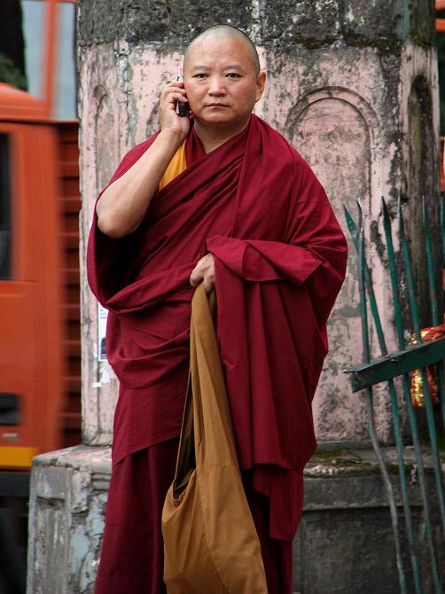 Буддистский монах говорит по мобильному телефону, Маклеод Ганж, Дарамсала, Индия