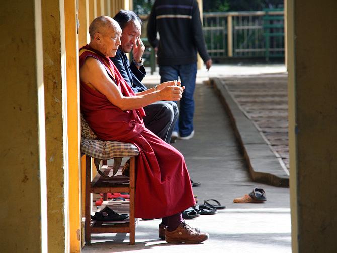 Буддистский монах в монастыре Маклеод Ганжа, Дарамсала, Индия