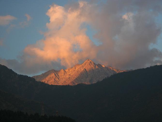 Вид на горы на закате из Маклеод Ганжа, Дарамсала, Индия