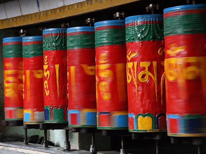 Буддистские молельные колеса в движении, Маклеод Ганж, Дарамсала, Индия