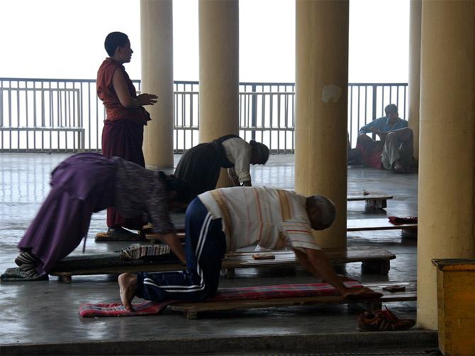 Тибетская практика простираний в главном храме Маклеод Ганжа, Дарамсала, Индия