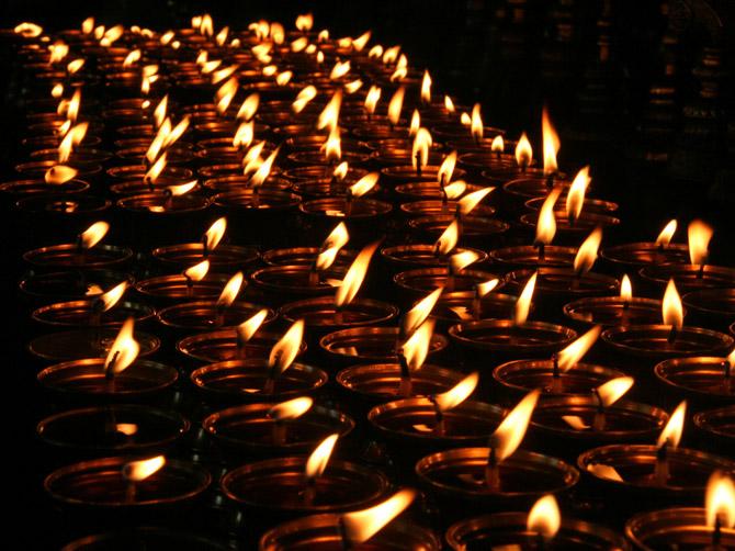 Ряд горящих свечей, Маклеод Ганж, Дарамсала, Индия