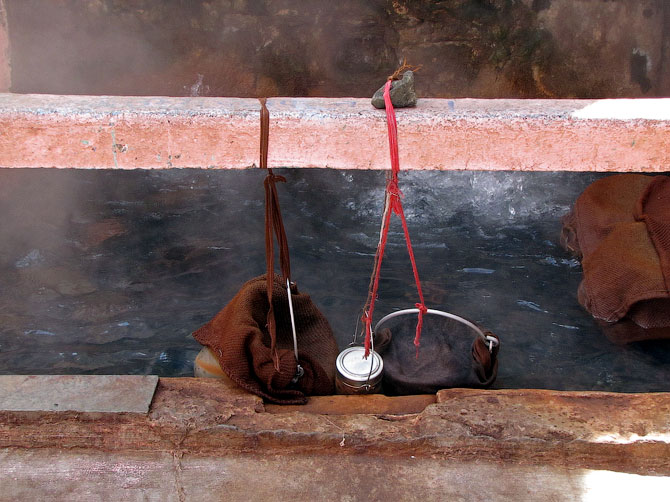 Варка риса в горячих источниках, Маникаран, Индия