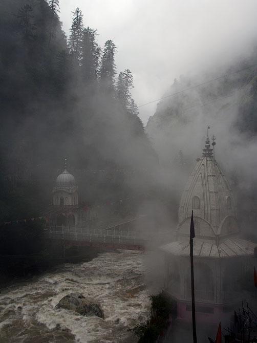 Туман над храмом и рекой в Маникаране, Индия