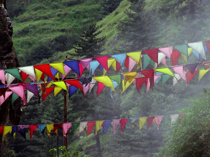 Разноцветные флажки в Маникаране, Индия