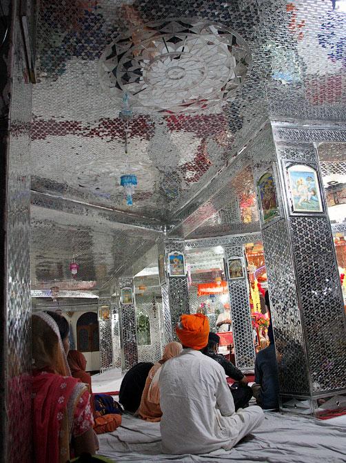 Зеркальный зал в гурудваре, Маникаран, Индия