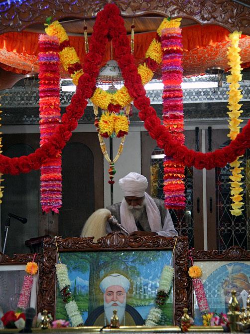 Служба-аарти в гурудваре Маникарана, Индия