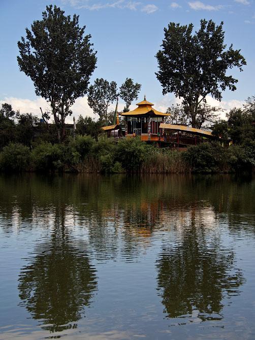 Храм на берегу озера Ревалсар, Индия