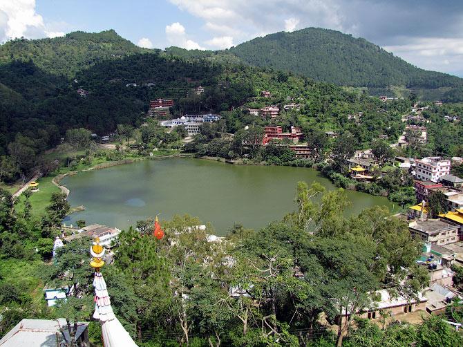 Вид сверху на озеро Ревалсар, индийские Гималаи