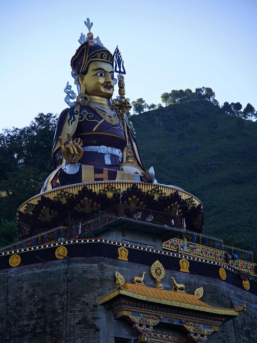 Статуя великого мастера Падмасамбхавы в Ревалсаре, Индия