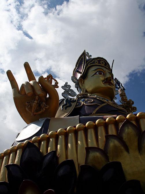 Золотая статуя Падмасамбхавы в Ревалсаре, Индия