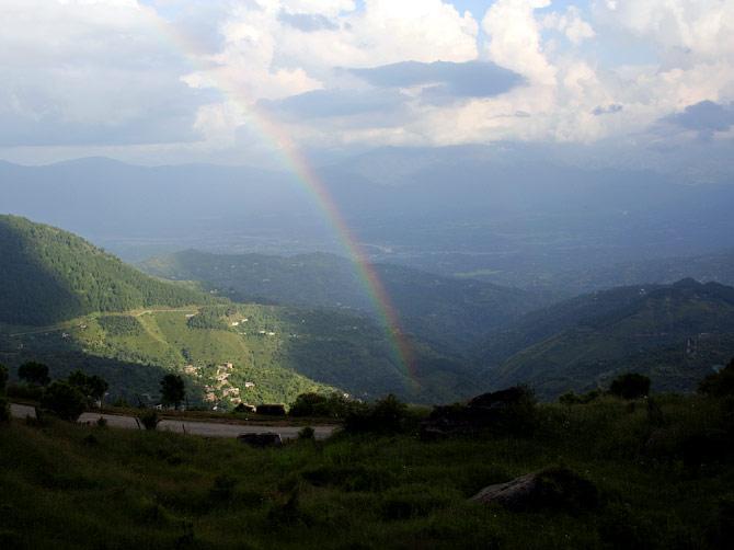 Радуга над долиной Ревалсара, индийские Гималаи