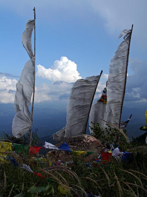 Белые буддистские флаги в окрестностях Ревалсара, Индия