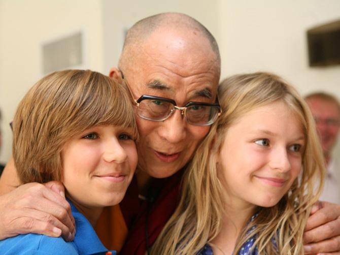 Далай-лама XIV с двумя европейскими девочками