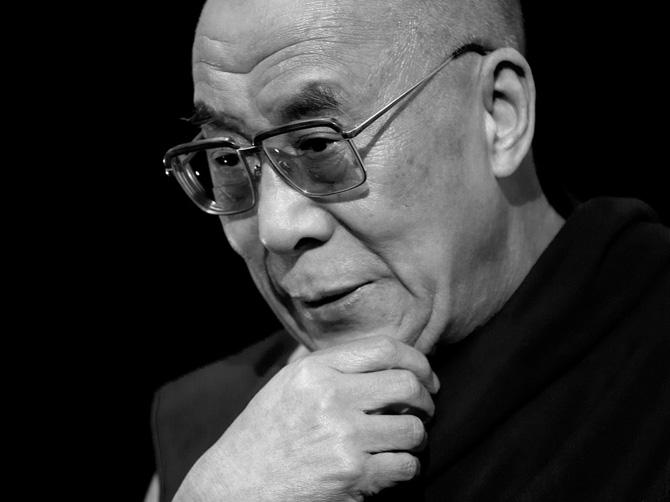 Черно-белый портрет Далай-ламы XIV