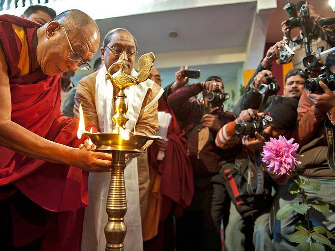 Далай-лама XIV и толпа журналистов