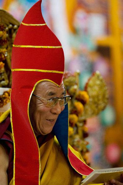 Далай-лама XIV НДалай-лама XIV в традиционном головном уборегагванг Ловзанг Тэнцзин Гьямцхо