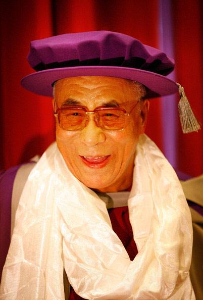 Далай-лама XIV в шапочке магистра