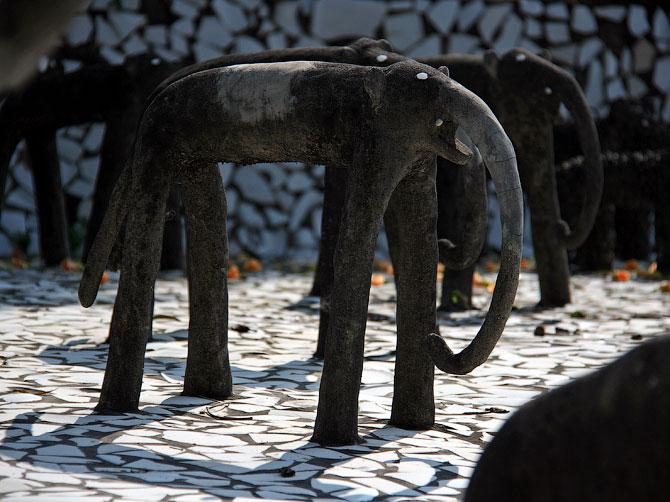 Статуи слонов в Парке камней, Чандигар, Индия