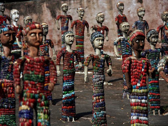 Статуи женщин в сари в Парке камней, Чандигар, Индия