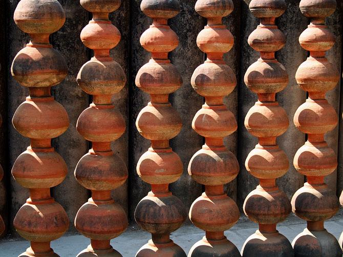 Стена из горшков в Парке камней, Чандигар, Индия
