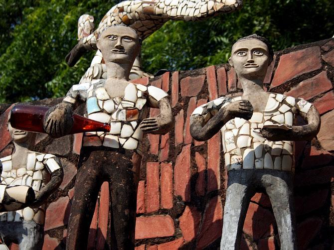 Статуи пьяниц в Парке камней, Чандигар, Индия