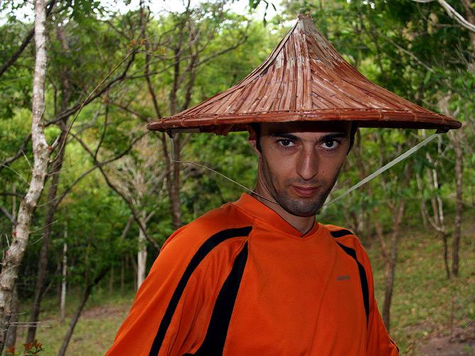 Декс в индонезийской шляпе
