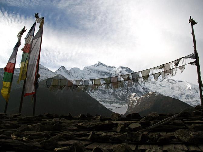 Буддистские флажки в непальских Гималаях