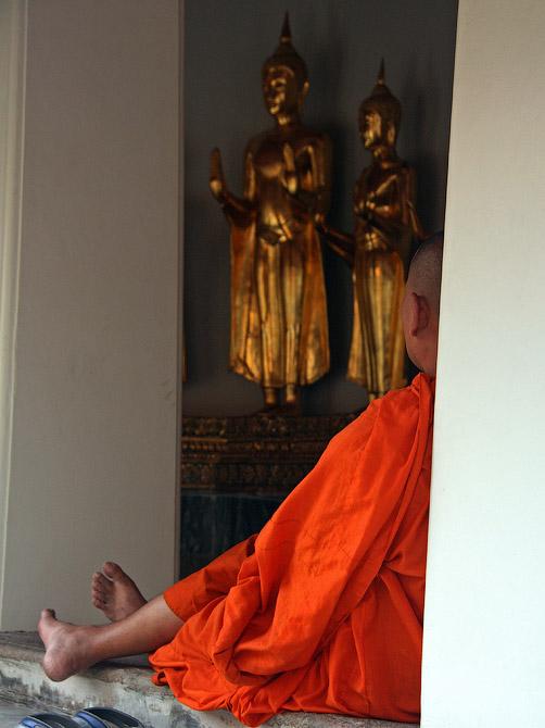 Буддистский монах в храме в Бангкоке, Таиланд