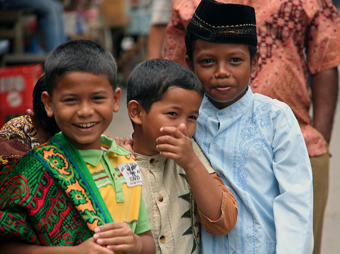 Дети у мечети в Банда Аче, Суматра, Индонезия