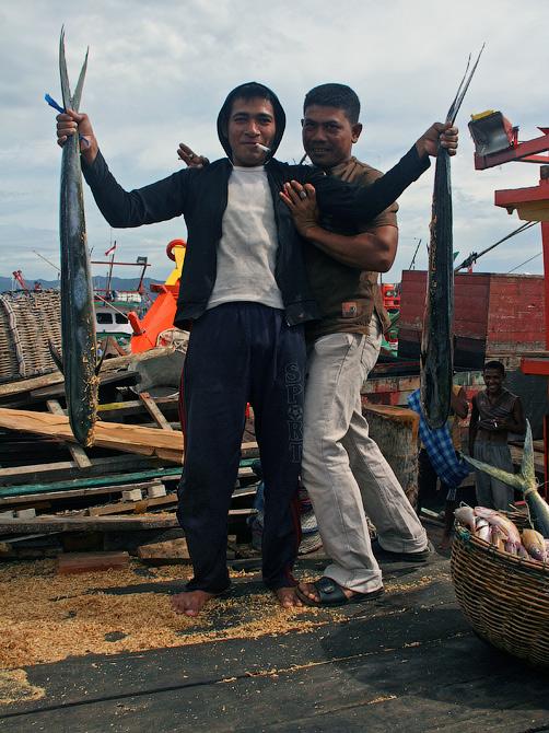 Рыбаки с уловом в порту Банда Аче, Суматра, Индонезия