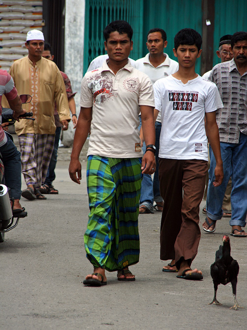 Горожанин на улице столицы провинции Аче, Суматра, Индонезия
